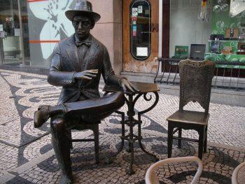 città europee Statua-di-Pessoa-foto-di-Shadowgate-Lisbona