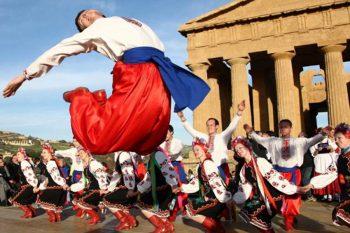 Mandorlo in fiore danze-folcloristiche