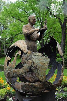 Tolosa La statua di Antoine de Saint-Exupery in un parco della città