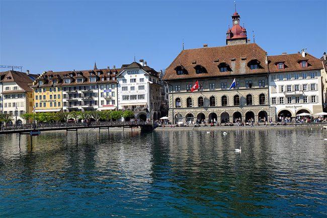 Il municipio di Lucerna e le case affacciate sul fiume Reuss (Dario Bragaglia © Mondointasca)