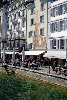 Lucerna Le-case-affacciate-sul-fiume-Reuss-dove-questo-esce-dal Lago-dei-Quattro-Cantoni
