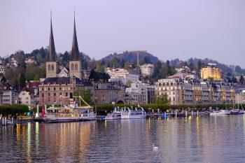 Lucerna. Il-lungolago-con-la-cattedrale-e-gli-hotel-di-lusso