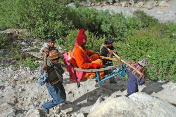 Gange Sadhu in portantina verso le sorgenti