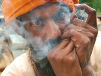 A Gangotri un sadhu fuma dell'erba miracolosa (foto: Aldo Pavan © Mondointasca)