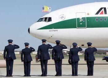 Alitalia saluto in aeroporto