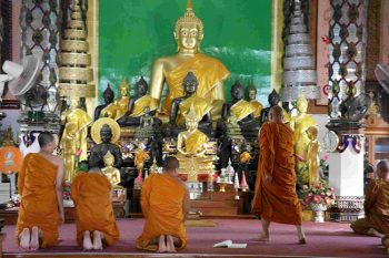 Thailandia-monaci-buddisti-in preghiera