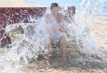 Freddure agostane Ilary-Blasi-gavettone-in-spiaggia
