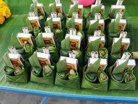 Curiosa confezione di fiammiferi e sigarette avvolte in foglie di banano (Ph: H. di Prisco © Mondointasca)