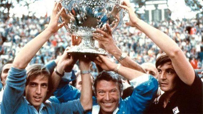 Barazzutti, Pietrangeli e Panatta sollevano la Coppa Davis