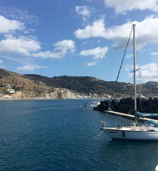Isola di Ischia vista dal mare in-barca