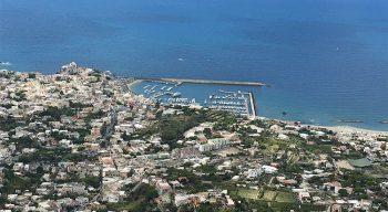 Isola di Ischia veduta col porto