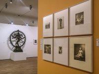 Foto antiche e bronzo con Shiva (Ph Giovanna Dal Magro © Mondointasca)