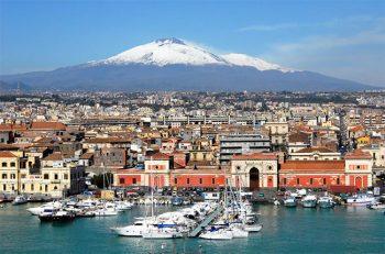 Navigare a vela Catania-con-vista-Etna-innevato