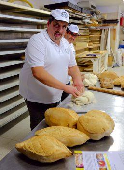 Cevrin di Coazze Val-Sangone-il-panettiere-Dario-Calcagno-di-Giaveno-prepara-il-pane-a-denominazione-comunale