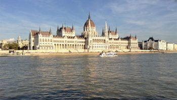 Budapest il-Parlamento visto-dal-Danubio