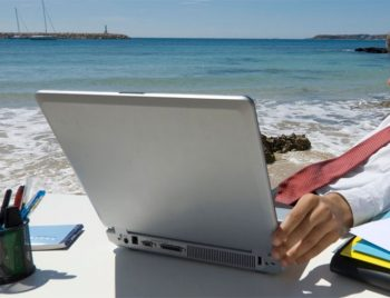 Nomadismo digitale al-mare-col-pc